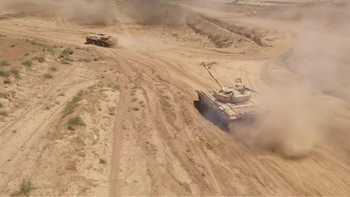 В Таджикистане на горном полигоне прошел учебный бой танков и БТР
