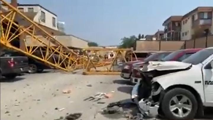 При обрушении крана в Канаде погиб строитель