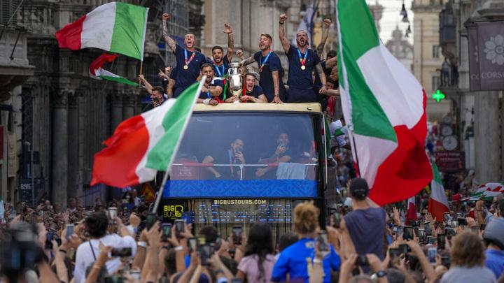 Сборная Италии провела чемпионский парад в Риме