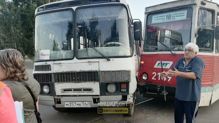 В Новосибирске трамвай врезался в пассажирский автобус