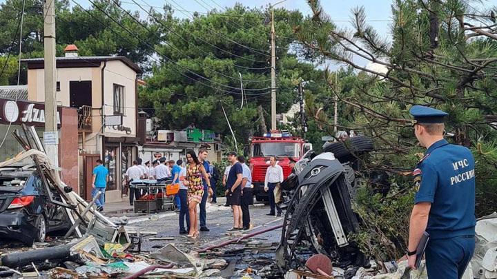 Людей из взорвавшейся гостиницы в Геленджике и жителей ближайших домов расселят