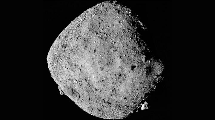 Составное изображение астероида Бенну, сделанное с помощью американского зонда OSIRIS-REx.