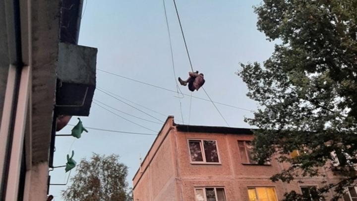 В Петербурге пожарным пришлось снимать мужчину, повисшего на проводах
