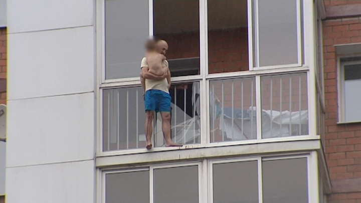 Угрожавшего сбросить сына с балкона жителя Иркутска взяли под стражу