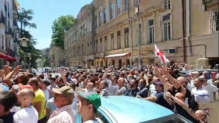 Четыре грузинских канала прекратили вещание, требуя отставки правительства