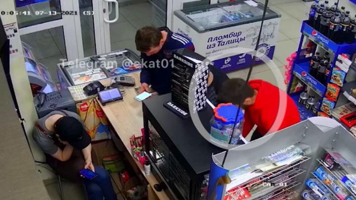 В Екатеринбурге трое мужчин четыре раза ограбили продуктовый магазин