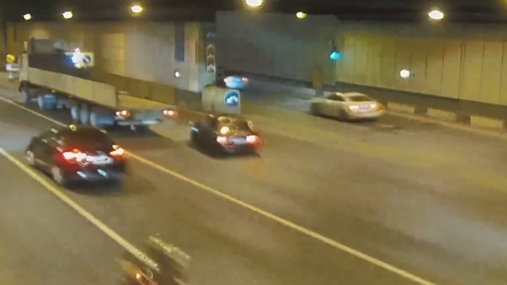 Шашки на дороге: момент аварии в столичном тоннеле попал на видео
