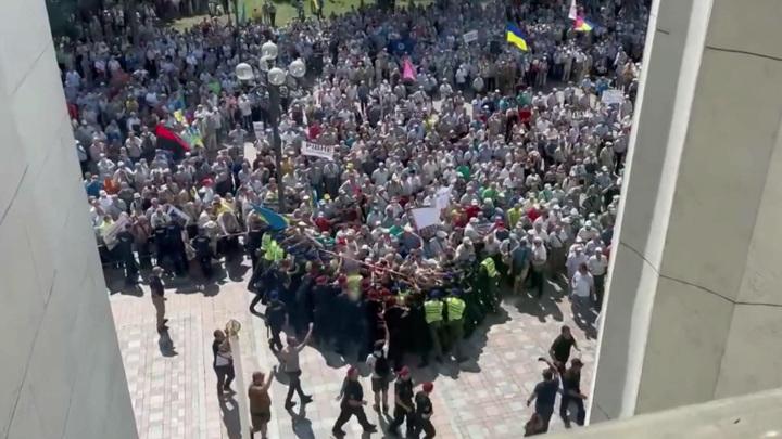 Горячее лето в Киеве: ветераны штурмовали Раду и правительство