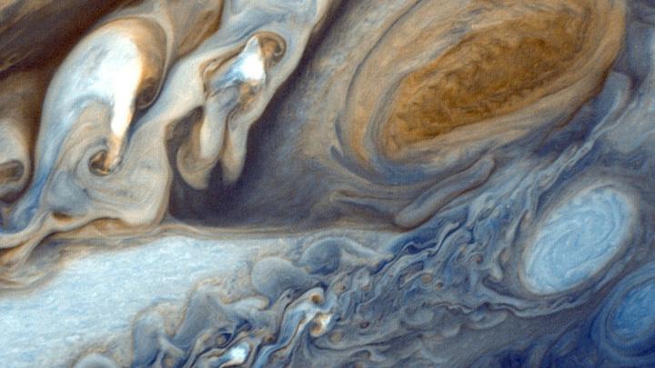 В атмосфере Юпитера постоянно происходит движение. В ней бушуют бури и молнии, циклоны и антициклоны.