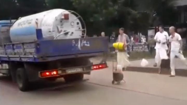 Грузовик едва не сбил невозмутимых йогов в центре Ярославля. Видео