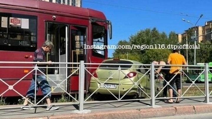 Трамвай протаранил и протащил машину в Казани