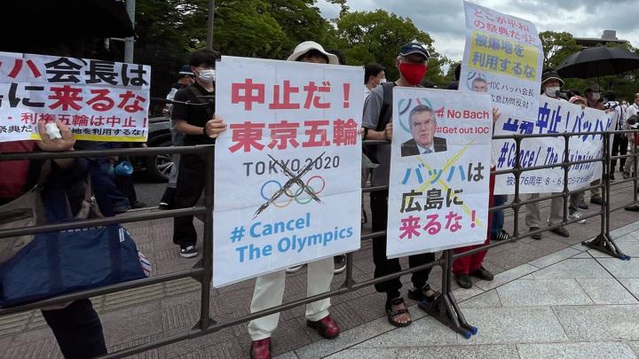 Прием в честь главы МОК Баха в Токио омрачился протестами