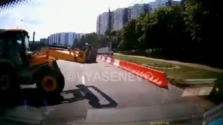 Скорая врезалась в тракторный ковш на юге Москвы