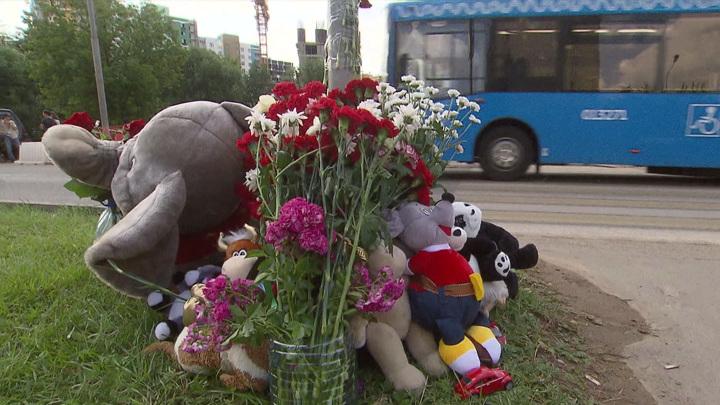 Смерть на зебре: люди несут цветы к месту гибели детей в Солнцеве