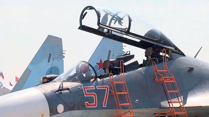 """Путин осмотрел модель нового тактического самолета в павильоне """"Сухого"""""""
