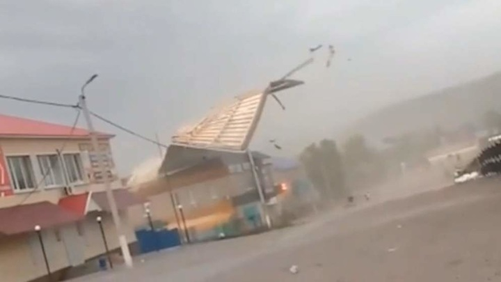 Момент падения крыши ТЦ на ребенка в Башкирии попал на видео