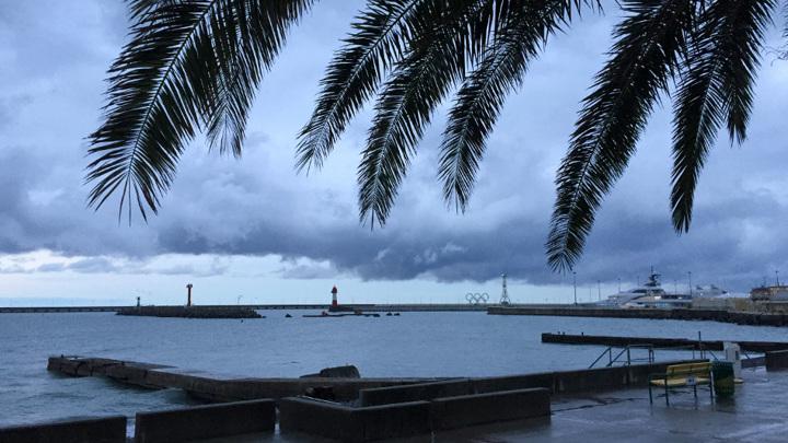 Пляжи в Сочи закрыли из-за штормового предупреждения