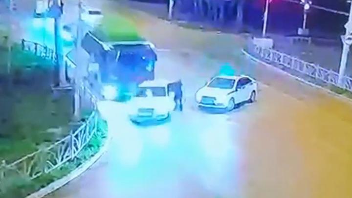 Бесправный водитель умышленно наехал на полицейского. Видео