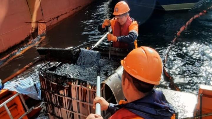 При утечке нефтепродуктов в Кольском заливе в воду попало 1400 литров