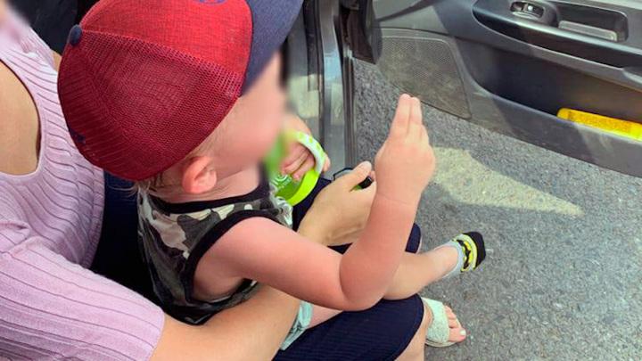 Уфимские спасатели вскрыли машину с запертым на жаре малышом