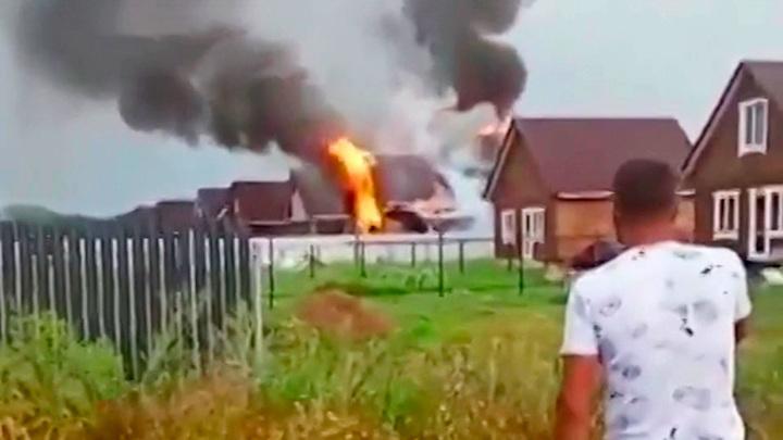 В Уфе бушует стихия: от удара молнии загорелся дом