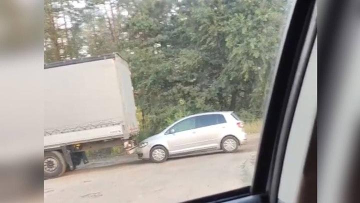 В Воронеже фура протаранила припаркованный автомобиль