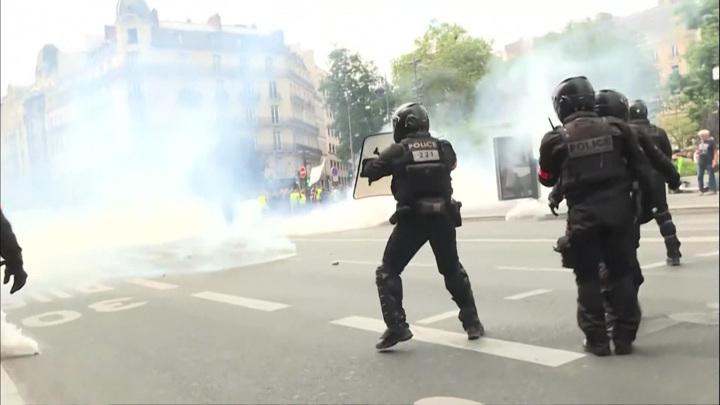 Парижских активистов связали и усадили на асфальт