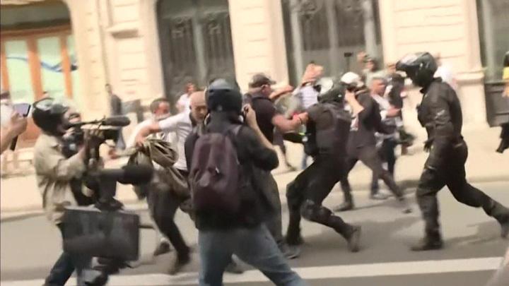 Протесты против санпропусков охватили сотни городов Франции