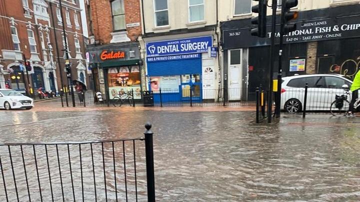 Ливень затопил десятки улиц британской столицы