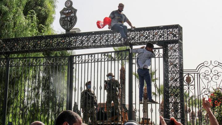 В Тунисе введен комендантский час