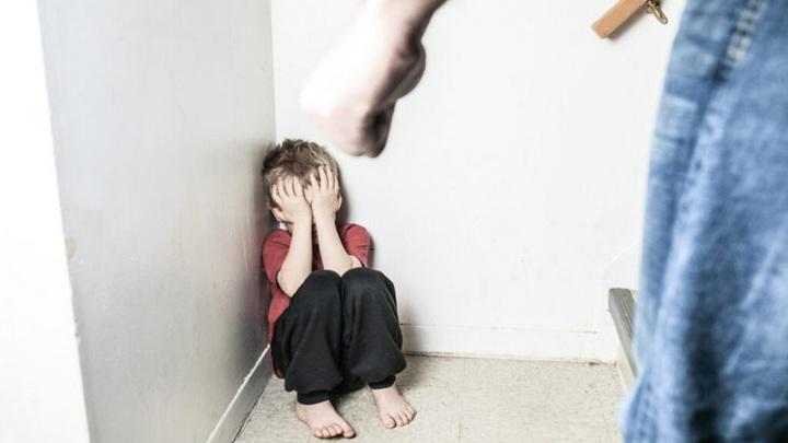 Руками, ногами и лопатой: сибиряк 4 года избивал своих 6 маленьких детей