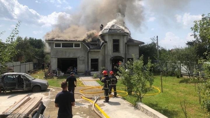 Легкомоторный самолет рухнул на крышу дома на западе Украины