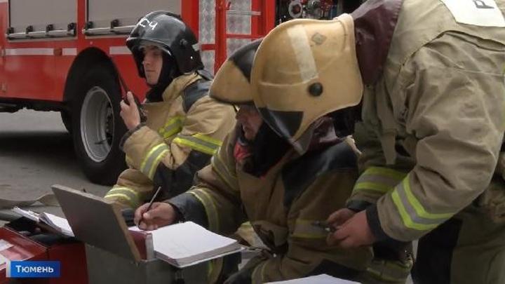 Пожарные отработали навыки спасения людей на посетителях тюменского ТЦ