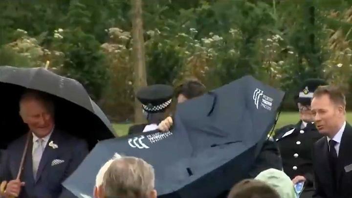 Джонсон не смог справиться с зонтом и рассмешил принца Чарльза
