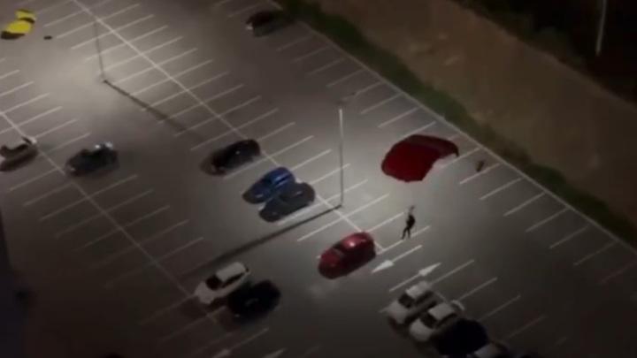 В Екатеринбурге парашютист приземлился с крыши дома на парковку