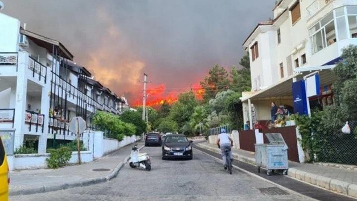 Эвакуация отелей началась на турецком курорте Мармарис, где бушует лесной пожар