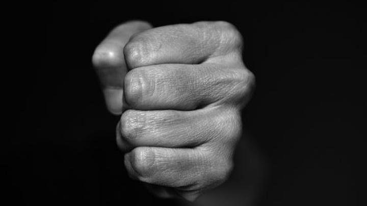 В Набережных Челнах мужчина избежал наказания за сломанные ребра жены