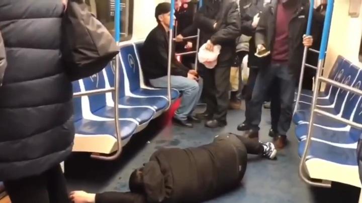 Пранкер получил срок за имитацию ковидного приступа в метро