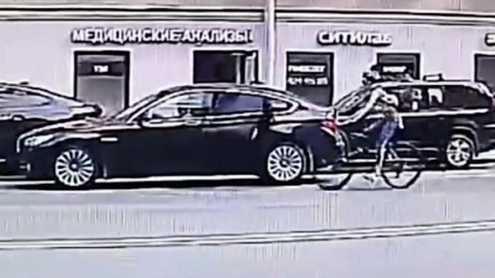 Две велосипедистки с разницей в пять минут врезались в двери машин в одном и том же месте