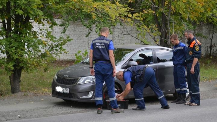 Мать забыла ключи. В Челябинске маленькие дети оказались заперты в автомобиле