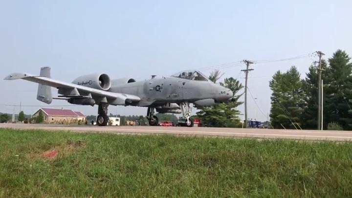 Американцы отработали взлет и посадку военных самолетов на шоссе