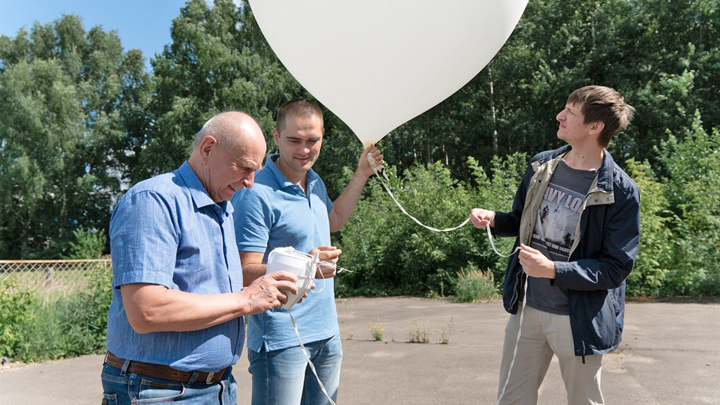 Запуск радиозонда с оптическими датчиками в ЦАО г. Долгопрудного. Слева направо: Александр Кочин, Владимир Фоменко, Федор Загуменнов.