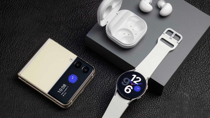 Samsung показал новые складные смартфоны, наушники и часы. Цены в России