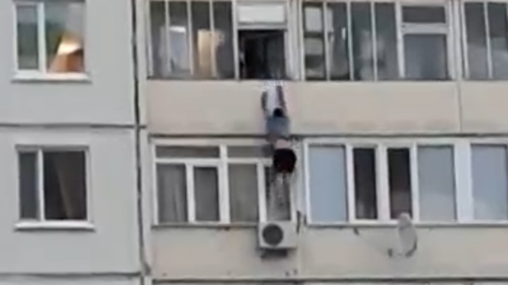 Пьяный мужчина столкнул знакомого с балкона из ревности. Видео