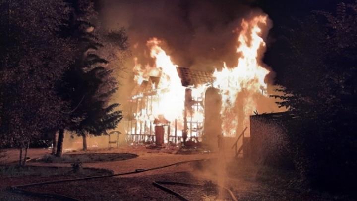 Под завалами сгоревшего гостевого дома нашли тела