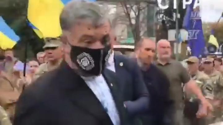 Порошенко обрызгали зеленкой в центре Киева