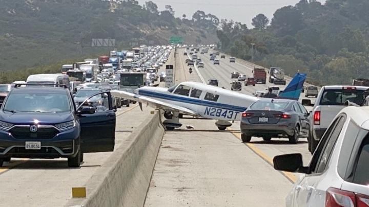 Самолет протаранил несколько машин при посадке на шоссе
