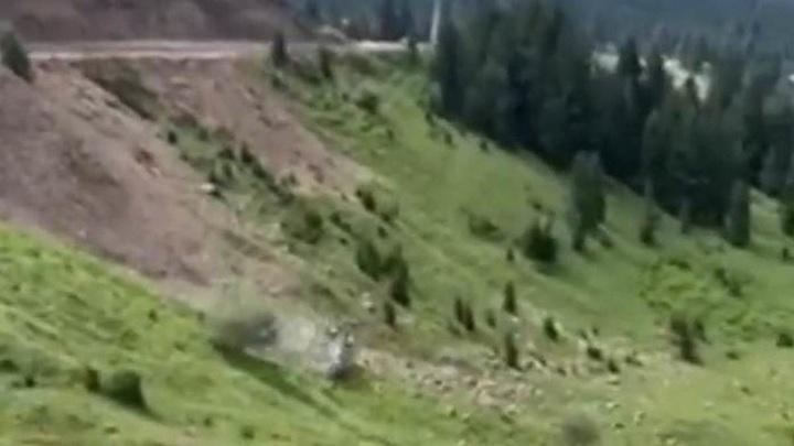 Машина с туристами перевернулась около 15 раз на горном перевале в Грузии