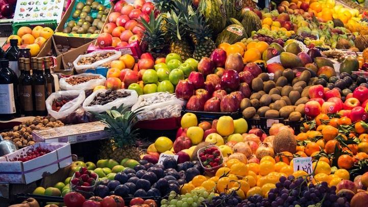 Средиземноморская диета особое внимание уделяет фруктам, овощам, цельным злакам и оливковому маслу.