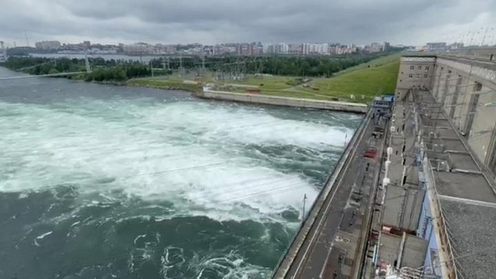 Байкала слишком много: на Иркутской ГЭС увеличен сброс воды